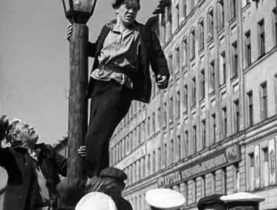 13 ноября 1990 (88 лет) умер Леонид Захарович Тра́уберг, советский кинорежиссёр и сценарист. Юность Максима
